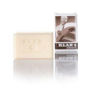 Klar's Gentlemen's Soap 100GR Η παράδοση της Klar ξεκινάει το 1840 και είναι ο παλαιότερος κατασκευαστής σαπουνιών στη Γερμανία. Η πέμπτη γενιά εξακολουθεί να χρησιμοποιεί τις ίδιες μεθόδους